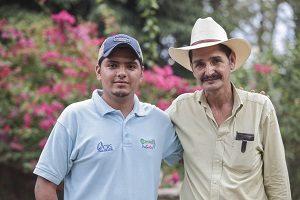 Efraín Mejia y su padre, el productor Camilo Mejía, aldea San Lorenzo, Candelaria, Lempira, Honduras. Foto CRS / Oscar Leiva
